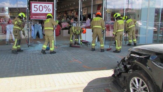 Die Feuerwehr Mistelbach-Stadt musste die Scherben beseitigen.