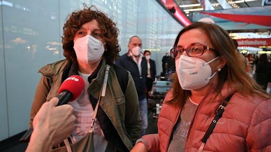 Die spanischen Touristinnen Ana und Marta sind verwundert über die Einhaltung der Sicherheitsmaßnahmen.