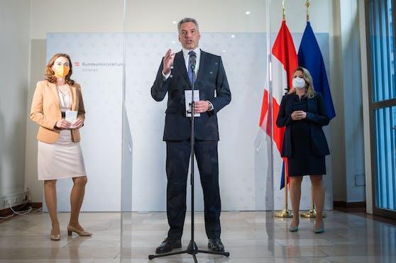 Justizministerin Alma Zadic (Grüne), Innenminister Karl Nehammer (ÖVP) und Frauenministerin Susanne Raab (ÖVP) läuteten den Sicherheitsgipfel ein.