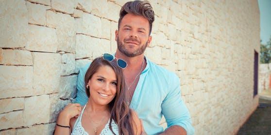 """Meike (29) & Marcus (35) aus Köln stellen ihre Beziehung bei """"Temptation Island"""" unter Beweis."""
