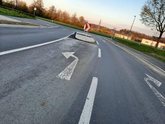 Eine Bodenmarkierung an der Kreuzung Negrellistraße und Zeppelinstraße in Wels sorgt für Verwunderung bei Autofahrern.