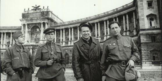 Sowjetische Soldaten vor der Hofburgnach der Befreiung Wiens im Jahr 1945