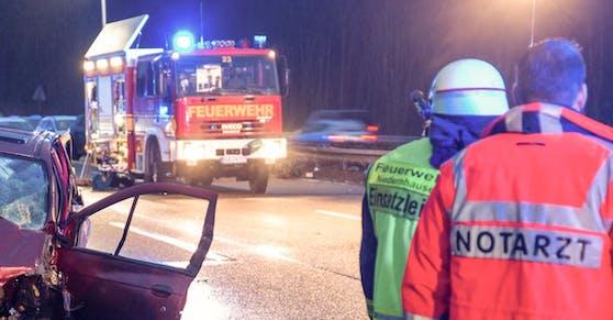 Hessische Einsatzkräfte nach einem schweren Verkehrsunfall. Symbolfoto