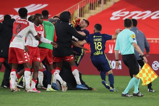 Rudelbildung nach dem Abpfiff: Die Kicker von Monaco und Lyon gingen aufeinander los.