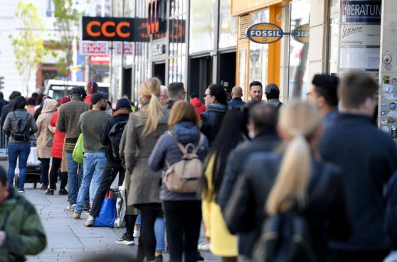 Menschenschlange vor einem Geschäft einer Einkaufsstraße in Wien am Montag, 3. Mai 2021.