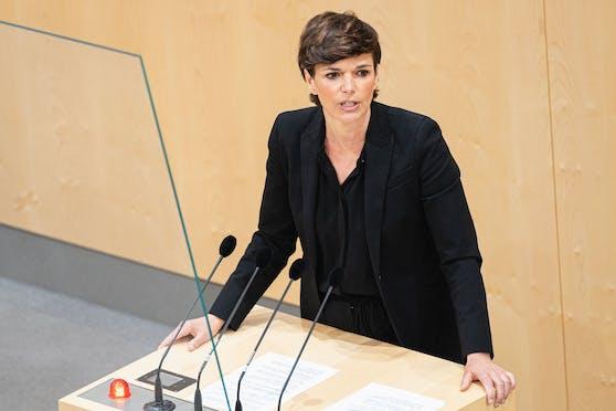 """Pamela Rendi-Wagner bei der Sondersitzung des Nationalrates zum """"Grünen Pass"""" am 3. Mai 2021."""