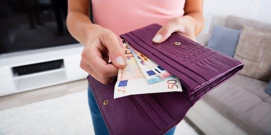 Ein paar Tricks helfen dir beim Geld sparen.