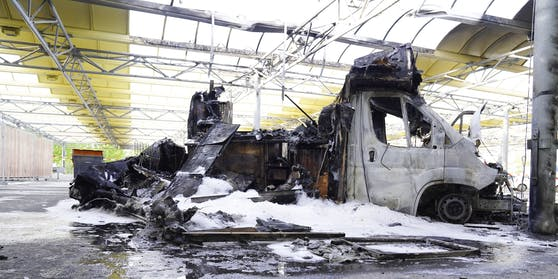 """Willi Herrens Foodtruck """"Rievkoochebud"""" auf dem Selgross Gelände in Frechen, der erst Mitte April eröffnet wurde, ist in der Nacht komplett ausgebrannt"""