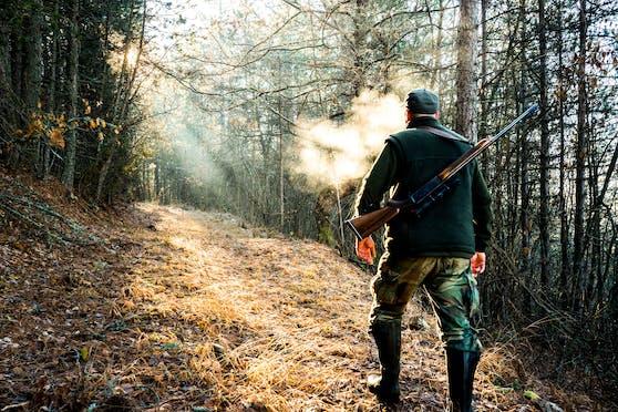 Jäger mit Gewehr im Wald. (Symbolbild)