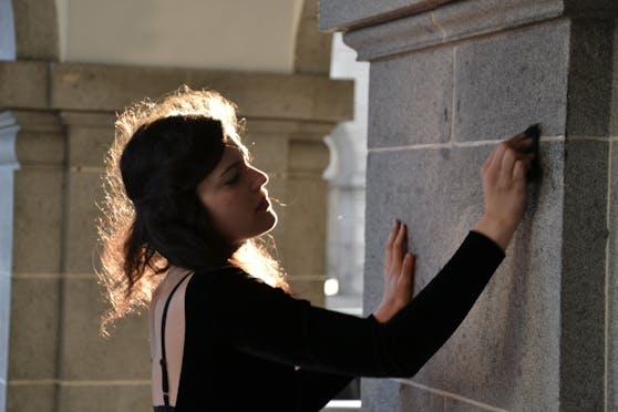 Susanna Melem (24) wird einen halben Tag lang ohne Pause an die Fassade des Arkadengangs beim Linzer Hauptplatz schreiben.