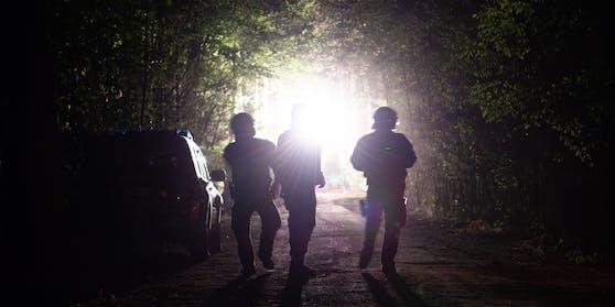 Deutsche Polizei, nachts in einem Wald. (Symbolbild)