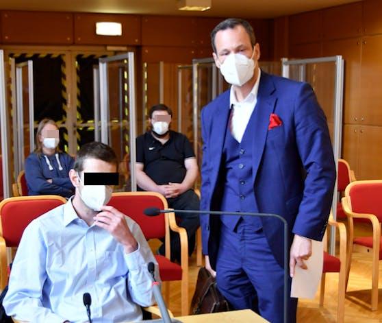 Der 36-jährige Angeklagte mit seinem Verteidiger Andreas Mauhart Montagvormittag im Landesgericht Linz.