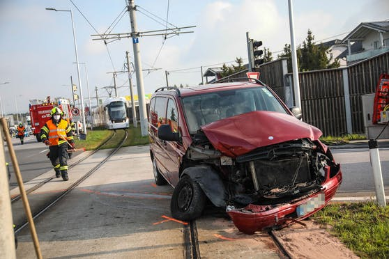 In Pasching krachte bei der Trauner Kreuzung ein Auto in eine Bim. Eine Person wurde verletzt.