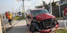 Auto fährt bei Rot über Ampel, kracht in Bim
