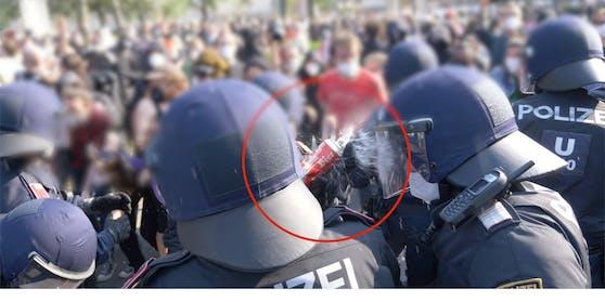 Polizisten wurden mit vollen Bierdosen und Glasflaschen beworfen.