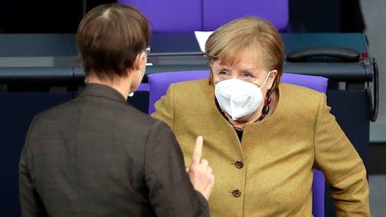 Karl Lauterbach im Gespräch mit Kanzlerin Angela Merkel. Archivbild, Februar 2021.