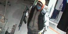 Taffe Verkäuferin schlägt bewaffneten Räuber in die Flucht