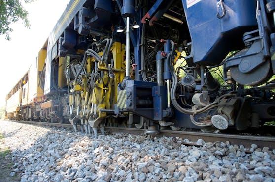 """Mit einer """"Stopfmaschine"""" wird die ÖBB den Schotter unter den Gleisen der Verbindungsbahn verdichten."""