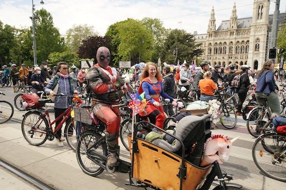 Nach dem die Radparade im letzten Corona-Jahr abgesagt werden musste, radelten heuer wieder 7.000 Wiener in witzigen Kostümen durch die Stadt.