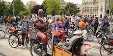 Superhelden Deadpool und Tom Turbo bei Wiener Radparade