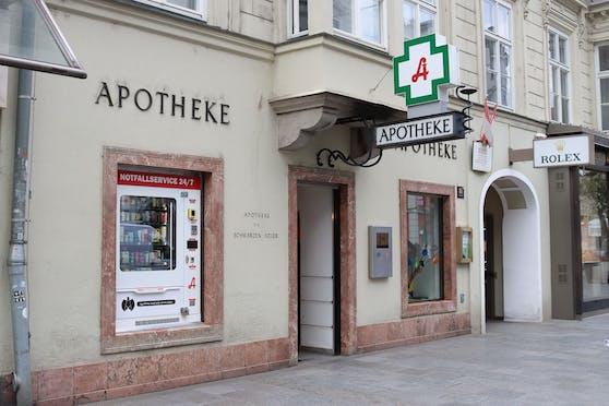 """Die Apotheke """"Zum Schwarzen Adler"""" hat den ersten Notfall-Automat in Linz."""