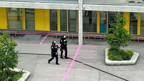 Die Beamten durchsuchten den gesamten Bildungscampus.