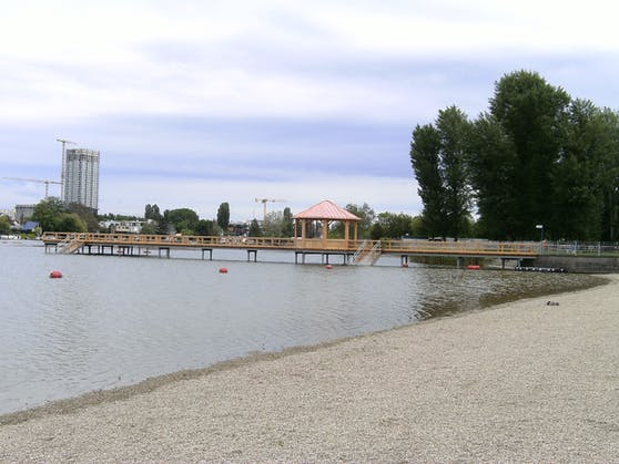 Auf 60m Länge bietet der neuerrichtete Badesteg viel Platz zum Erholen und Sonnebaden.