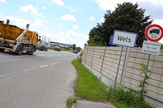 In Wels stoppte die Polizei auf der B1 einen Raser. Der Mann hatte seine einjährige Tochter mit dabei.