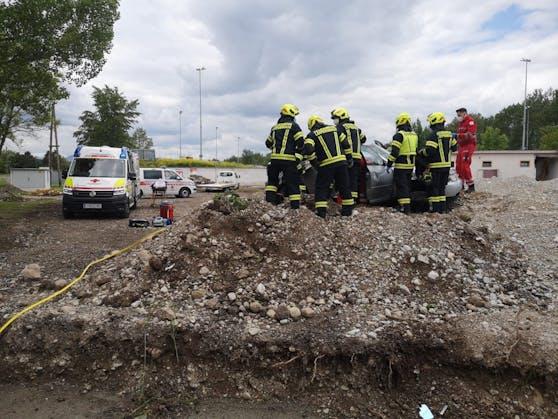 Die Feuerwehr musste den Audi-Fahrer aus dem Wagen befreien.