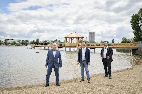 Die Wiener Bäder bieten heuer einiges Neues, darunter dieser 60 m lange Holzbadesteg im Strandbad Alte Donau. Eröffnet wurde er nun durch Bäderstadtrat Christoph Wiederkehr (Neos, M.) dem Chef der Wiener Bäder Hubert Teubenbacher (l.) und dem Donaustädter Bezirkschef Ernst Nevrivy (SPÖ, r.).