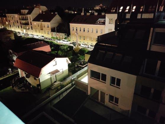 Die Garagenbeleuchtung des Mehrparteienhauses lässt auch das Einfamilienhaus (li.) hell erstrahlen.