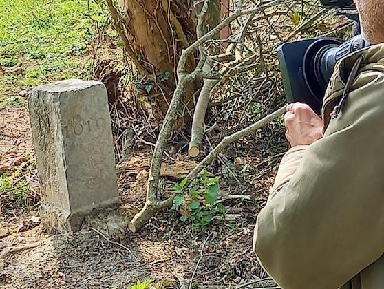 Der Stein des Anstoßes – 1819 gesetzt, 2021 aus Versehen versetzt