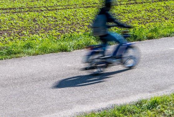 Ein Mofa-Fahrer auf einer Landstraße. Symbolbild