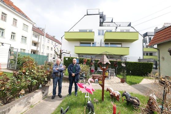 Kleingarten-Besitzer Erwin B. (li.) mit seinem Nachbar Johannes K.