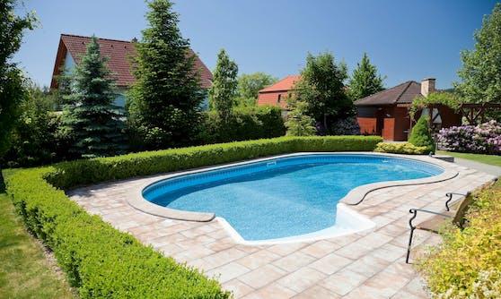 Swimmingpool im Garten (Symbolbild)