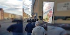 Riesige Schlange, weil Imbiss 1-Euro-Kebap verkauft