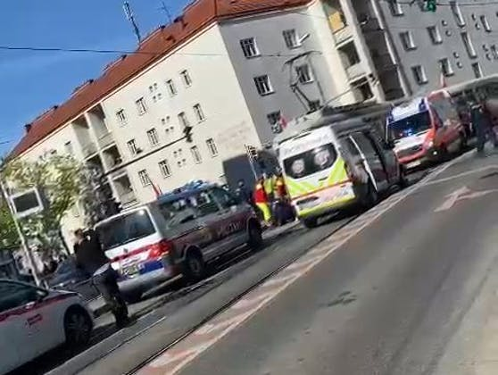 Die Frau wurde von der Straßenbahn angefahren.