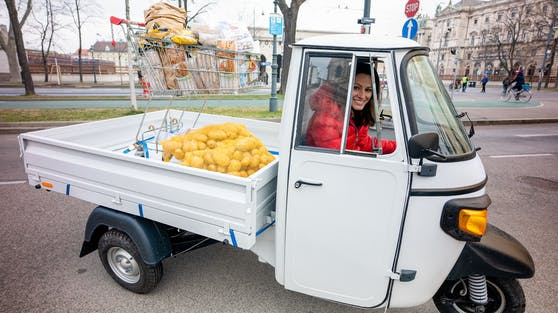"""Mit dem legendären Lebensmitteltransporter Piaggio Ape sammelt Gadenstätter in der Dok 1""""Abgelaufen? Weggeworfen!""""jene 133 Kilo essbare Lebensmittel ein, die jeder Haushalt pro Jahr wegwirft."""