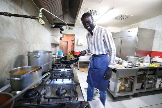 Am Herd schupft Khalifa Dampha seine Speisen mit einer großen Portion Geschmack und guter Laune.