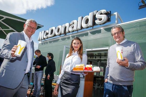 v.l.n.r.: Bürgermeister und Landtagsabgeordneter Thomas Steiner mit McDonald's Franchisenehmer Andreas Schwerla