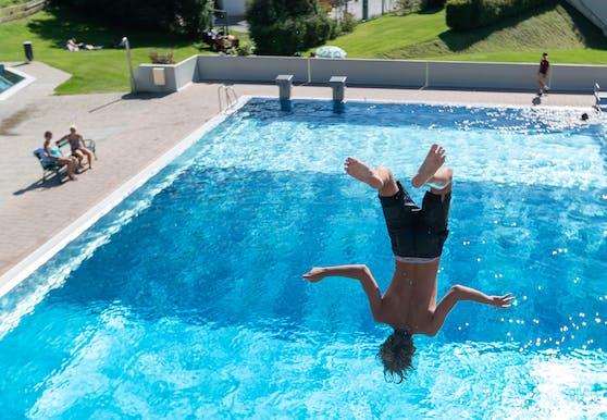 Vom Sprungturm ins kühle Nass des Schwimmbads eintauchen – da kommt richtiges Sommer-Feeling auf.