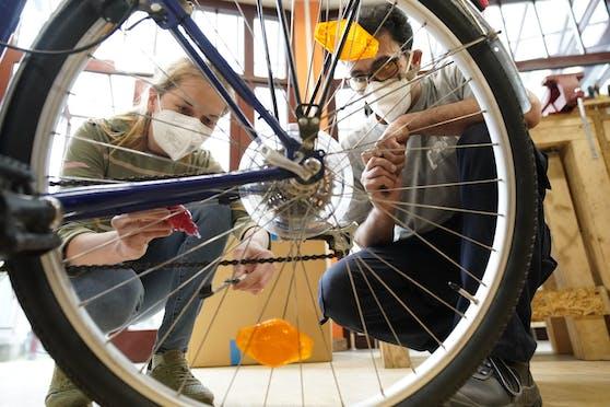 Mit wenigen Handgriffen und Utensilien kann jede und jeder das Rad für die erste Ausfahrt des Jahres fit machen.