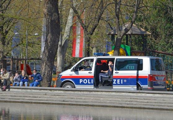 Die Polizei kontrolliert das Einhalten der Corona-Schutzmaßnahmen. Symbolbild