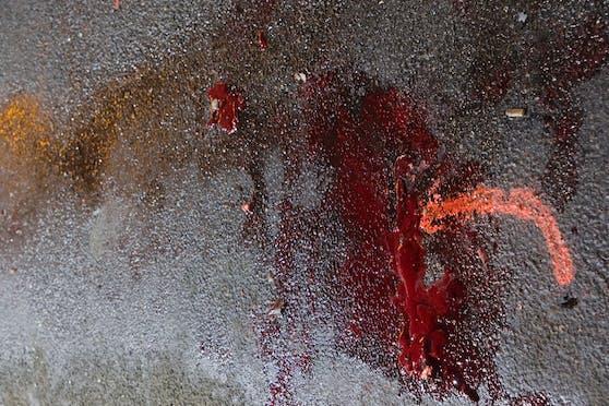 Eine merkwürdige Blutspur führte von einem Wagen weg. Was war passiert?