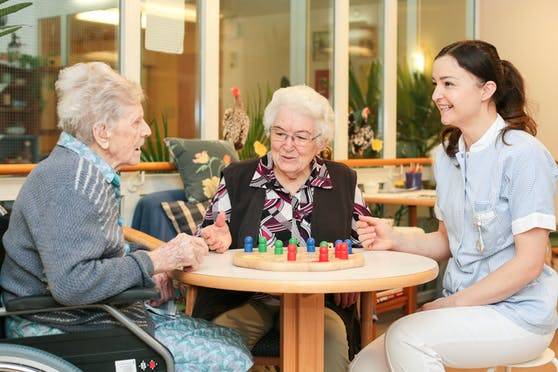 In Pflege- und Altersheimen sollen schon bald wieder tägliche Besuche möglich sein. (Symbolbild)