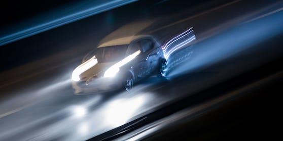 Ein Raser wurde auf der Autobahn mit massiv überhöhter Geschwindigkeit gemessen. (Symbolfoto)