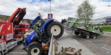 Absturz! Traktor krachte über Absperrung in Hainfeld