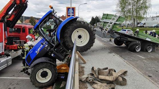 Der Fahrer krachte mit seinem Gefährt über eine Absperrung.