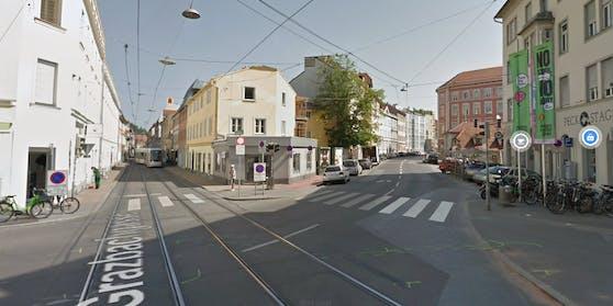 Von links kam die Straßenbahn, von vorne rechts der Rettungswagen