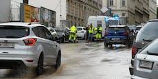 Wasserrohrbruch flutet Straße in Wien-Penzing
